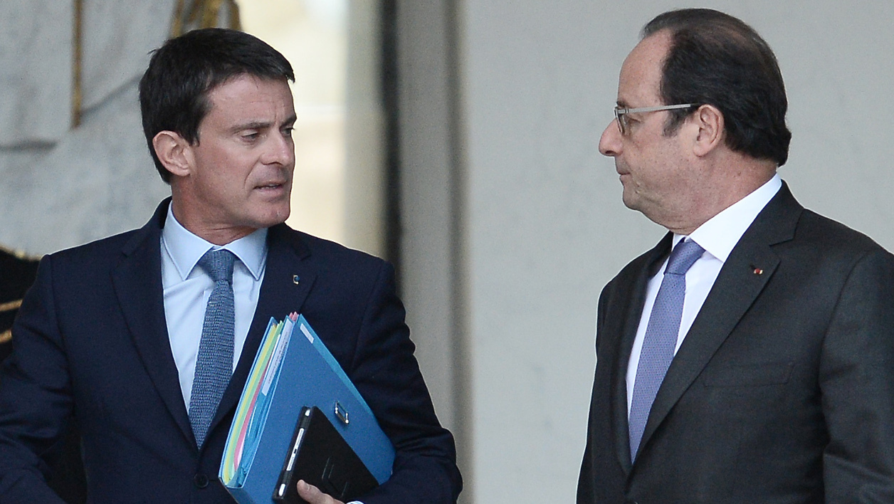 French Prime Minister Manuel Valls (L) speaks with French President Francois Hollande as he leaves the Elysee presidential Palace in Paris after a cabinet meeting on November 2, 2016.  STEPHANE DE SAKUTIN / AFP
