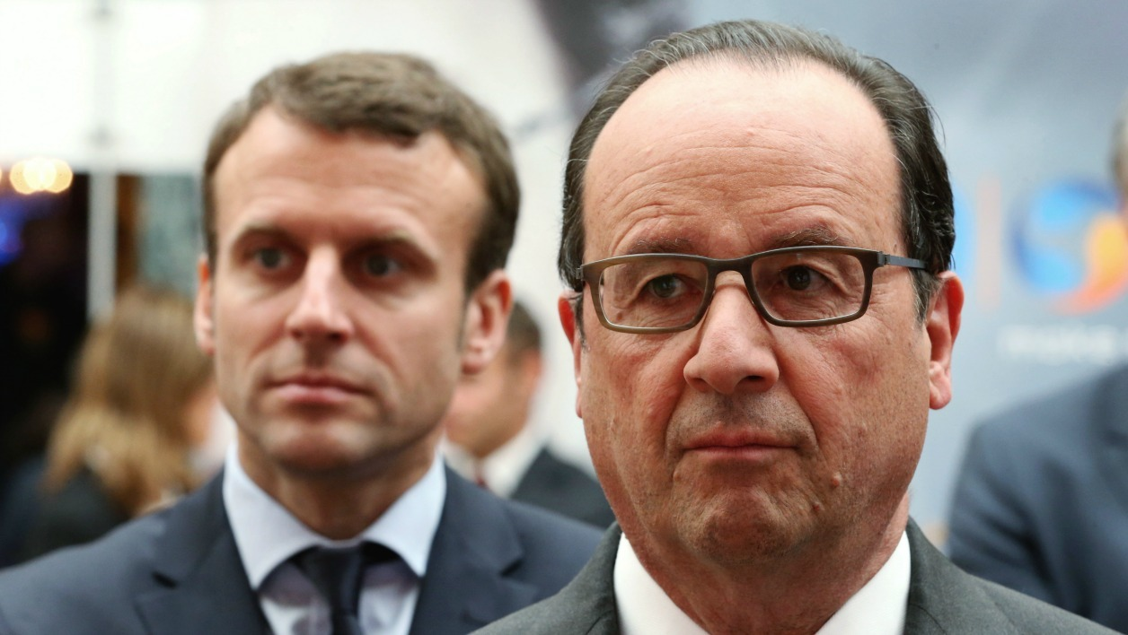 French President Francois Hollande (R) and French Economy Minister Emmanuel Macron (L) attend the Nouvelle France Industrielle event at the Elysee Palace in Paris on May 23, 2016. CHARLES PLATIAU / POOL / AFP