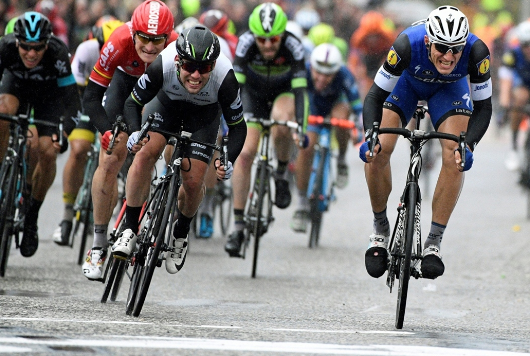 Marcel Kittel (à droite) devance Mark Cavendish