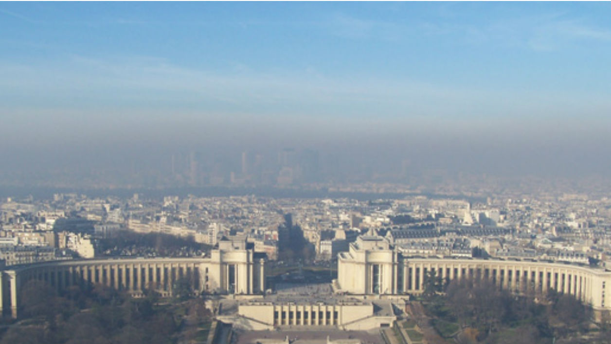 La Défense vue de la Tour Eiffel en plein pic de pollution