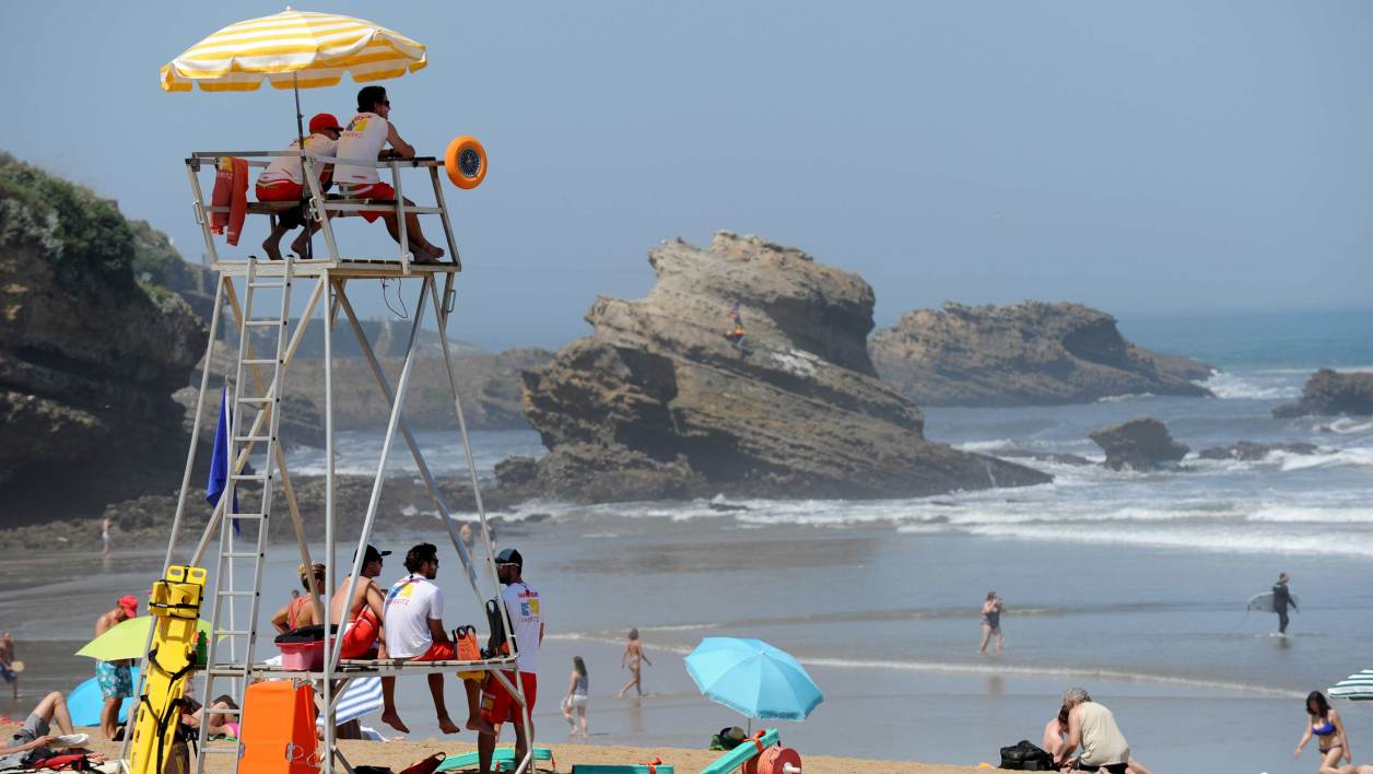 Des secouristes surveillent la plage de Biarritz (illustration).