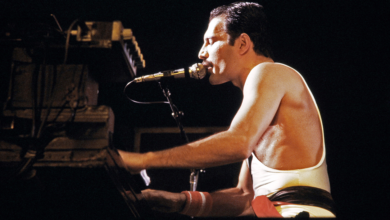 Le leader de Queen, Freddie Mercury, en concert à Paris en septembre 1984
