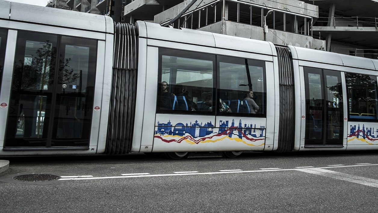 Un tram lyonnais traverse le quartier de la Confluence en 2014 (PHOTO D'ILLUSTRATION)