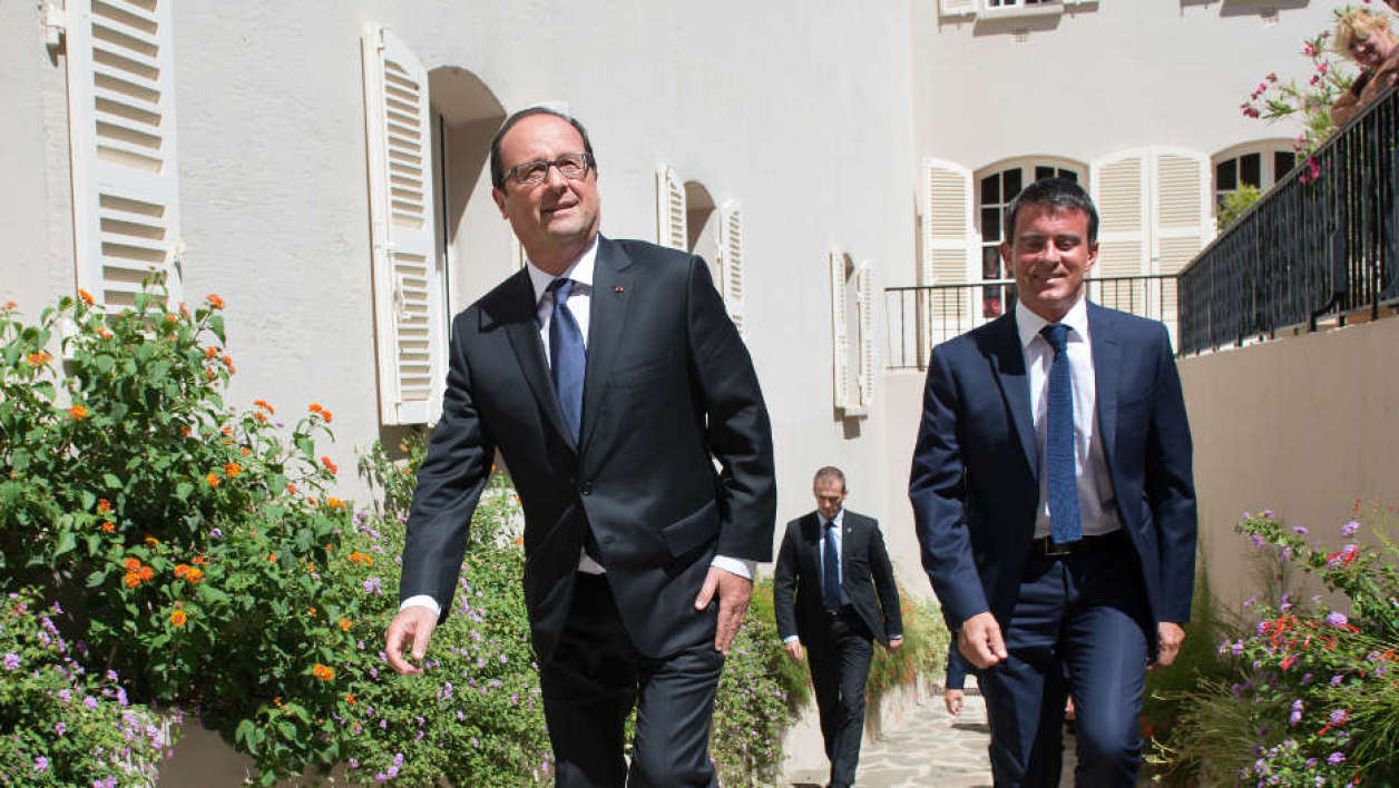 FRANCE, Bormes-les-Mimosas : French President Francois Hollande (L) and French Prime Minister Manuel Valls arrive on August 15, 2014 at the Fort de Bregancon, one of the official presidential residences since 1968, to take part in a work meeting in Bormes-les-Mimosas, southeastern France. AFP PHOTO / POOL / BERTRAND LANGLOIS