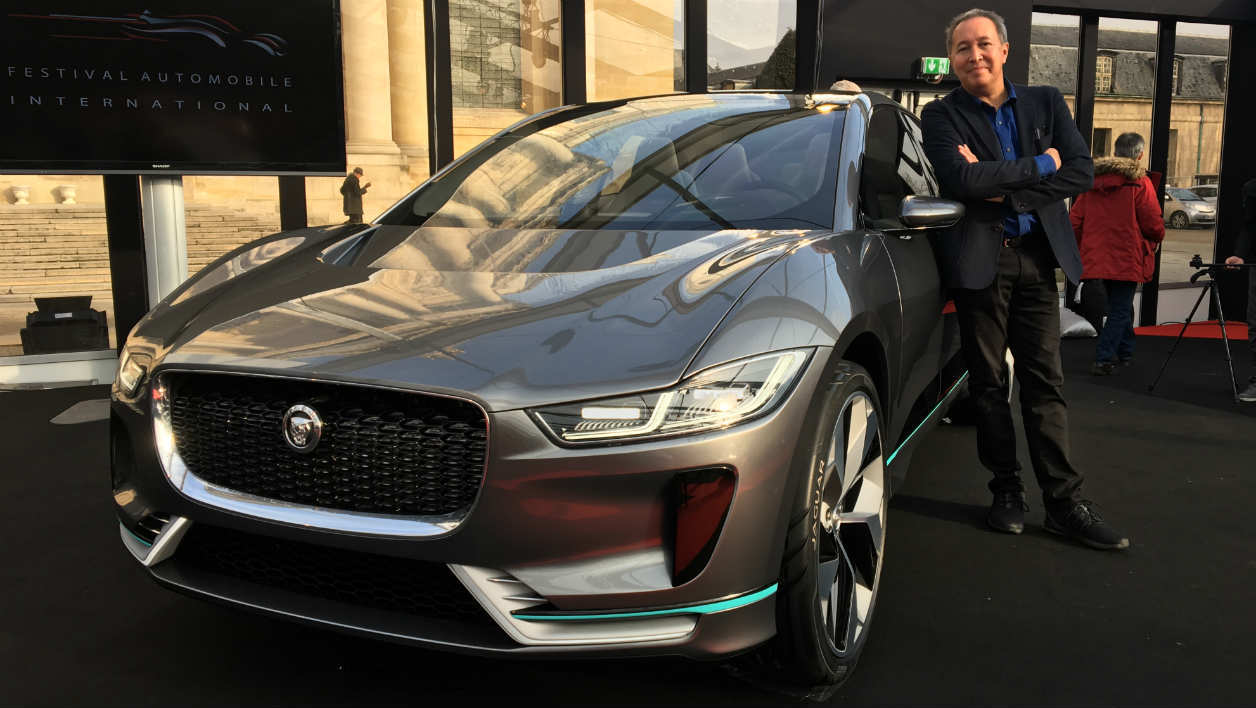 Julian Thomson, directeur du design avancé chez Jaguar, à côté de l'I-Pace, au Festival Automobile International.