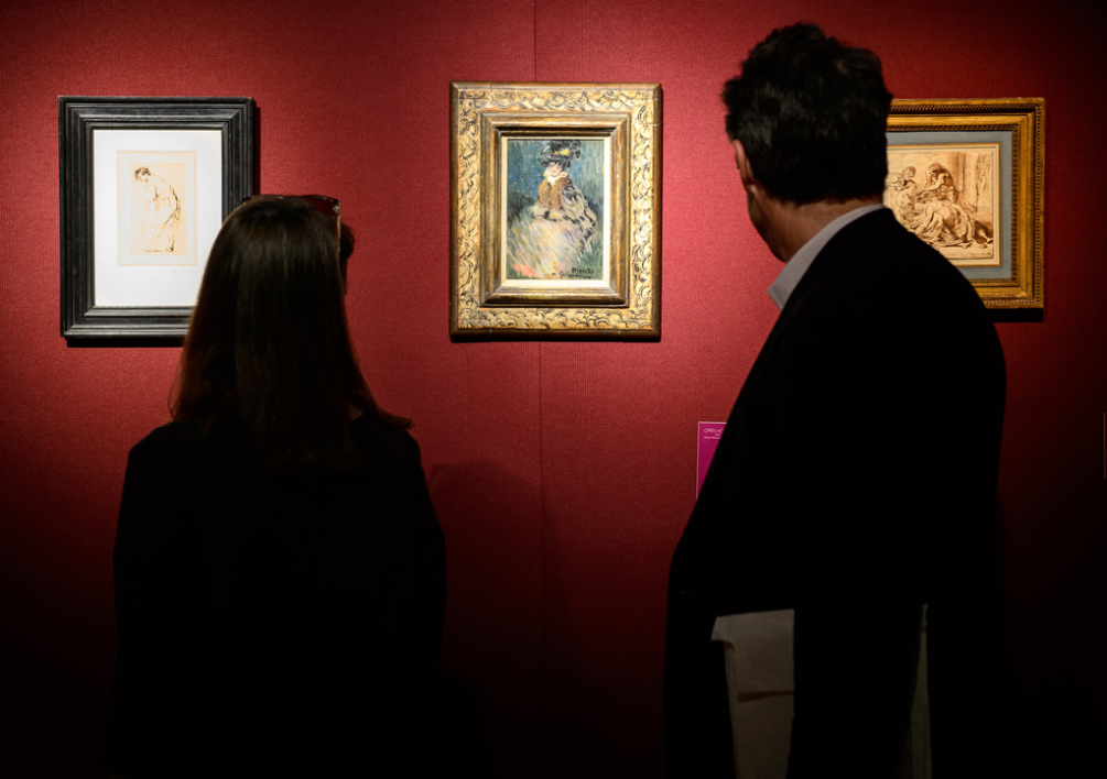 Une femme et un homme regardent un tableau de Picasso, à Londres (Photo d'illustration)