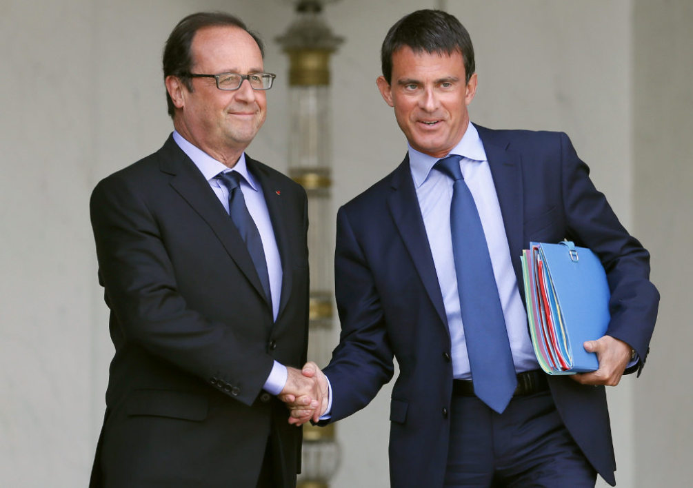 FRANCE, Paris : French President Francois Hollande (L) and French Prime Minister Manuel Valls leave the Elysee presidential palace in Paris after a weekly cabinet meeting on August 20, 2014.