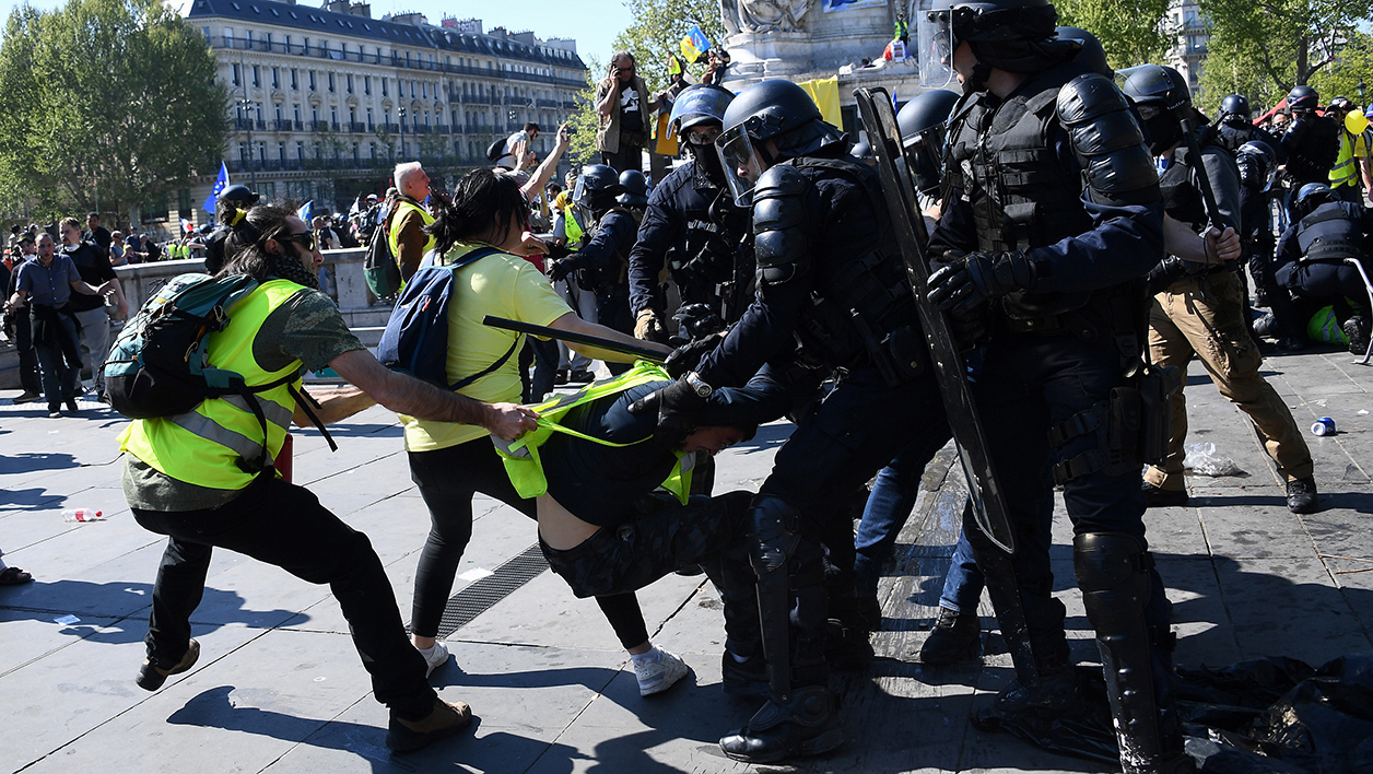 "Manifestations de ""Gilets jaunes"": a-t-on le droit de filmer une interpellation?"