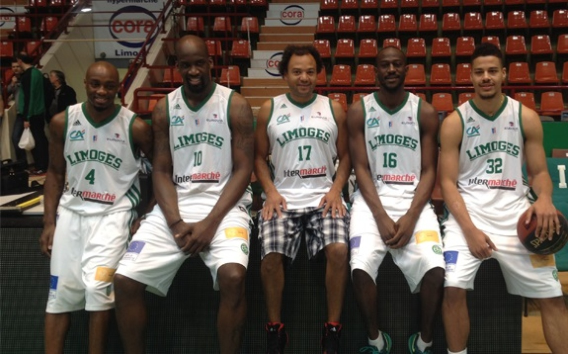 EN VIDEO : Fabrice Eboué se met au basket