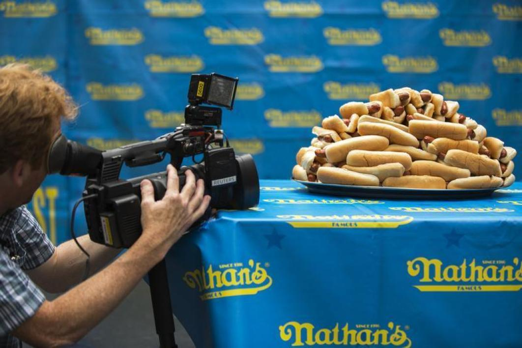 Record battu du plus gros mangeur de hot-dogs