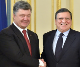 UKRAINE, Kiev : Ukrainian President Petro Poroshenko (L) shakes hands with European Commission president Jose Manuel Barroso prior to a meeting in Kiev on September 12, 2014. Barroso warned that the Ukraine ceasefire was not enough to achieve long-term peace and chided Russia over its