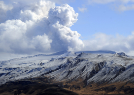 ICELAND, Hvolsvöllur : Smoke and ash bellow from Eyjafjallajokull volcano as it is seen from Hvolsvollur, Iceland, on April 23, 2010. Hundreds of thousands of travellers were left stranded across the globe by the shutdown which began April 15, having to shell out for hotels, food and alternative travel arrangements. AFP PHOTO/Emmanuel Dunand