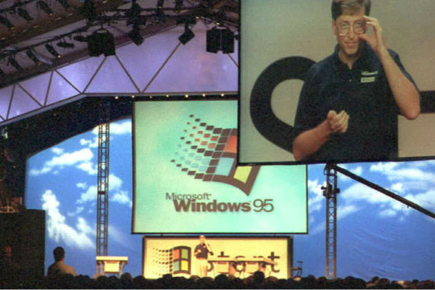 An image of Microsoft Chairman William H. Gates is televised on a big screen as he introduces Windows 95 during the inaugural presentation of Microsoft's new operating system at the firm's Redmond, Washington campus 24 August. The presentation, which included demonstrations of the software and a carnival, was attended by 500 journalists, 2000 guests, and 9000 Microsoft employees. AFP PHOTO