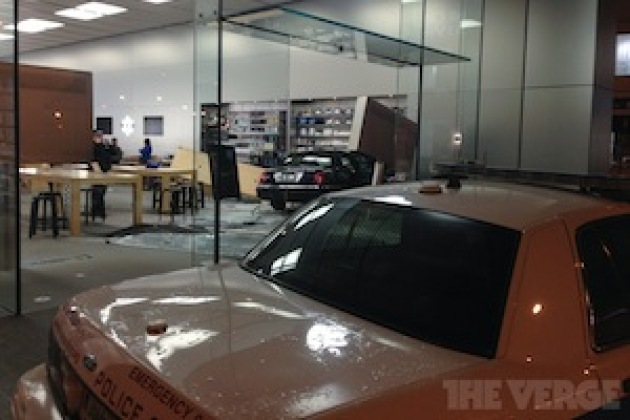Accident de voiture dans un Apple Store de Chicago