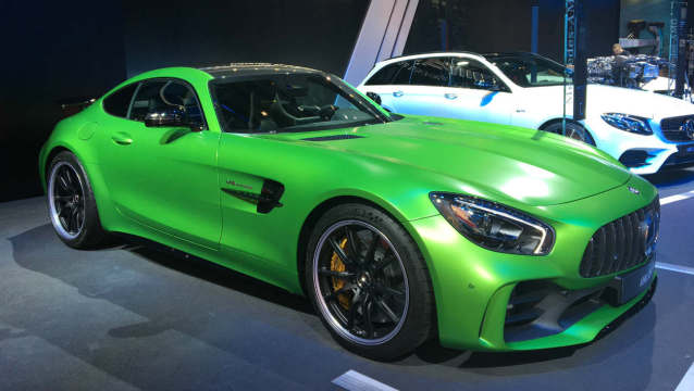 la peinture verte de la mercedes amg gt r vaut le prix d une dacia. Black Bedroom Furniture Sets. Home Design Ideas